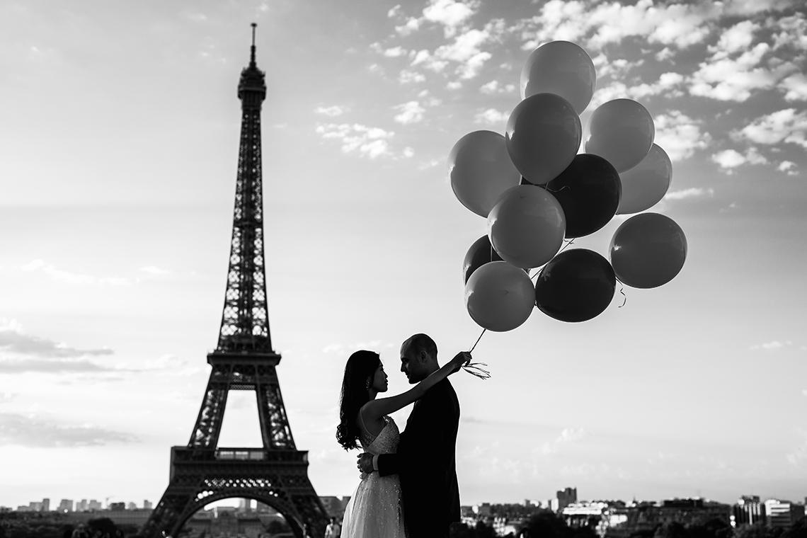 photographe mariage paris tour eiffel ballon noir et blanc chic