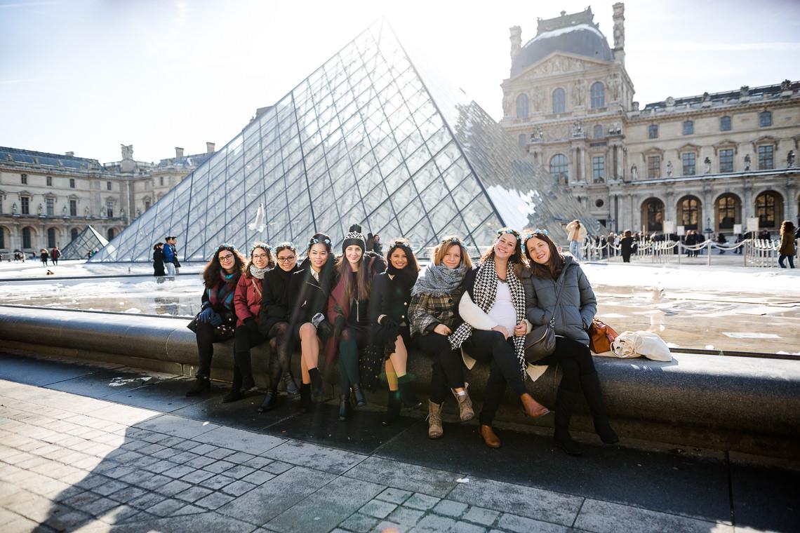 photo d'evjf devant la pyramide du louvre