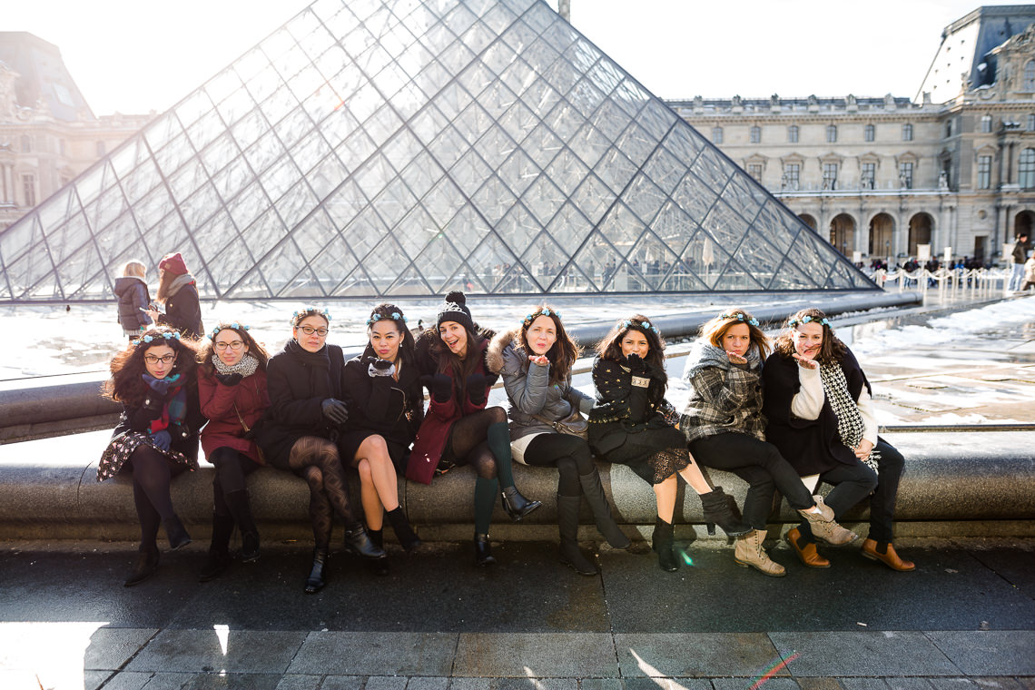 photo de groupe pendant un evjf au louvre