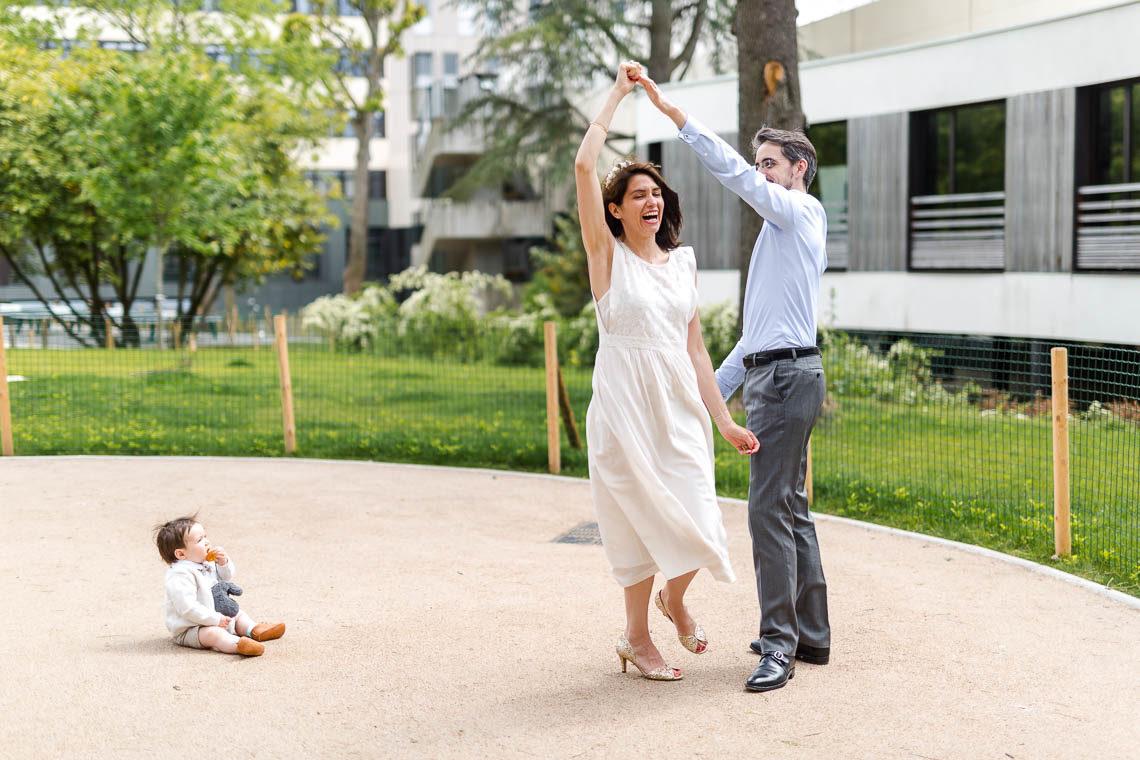couple qui danse avec bébé qui regarde
