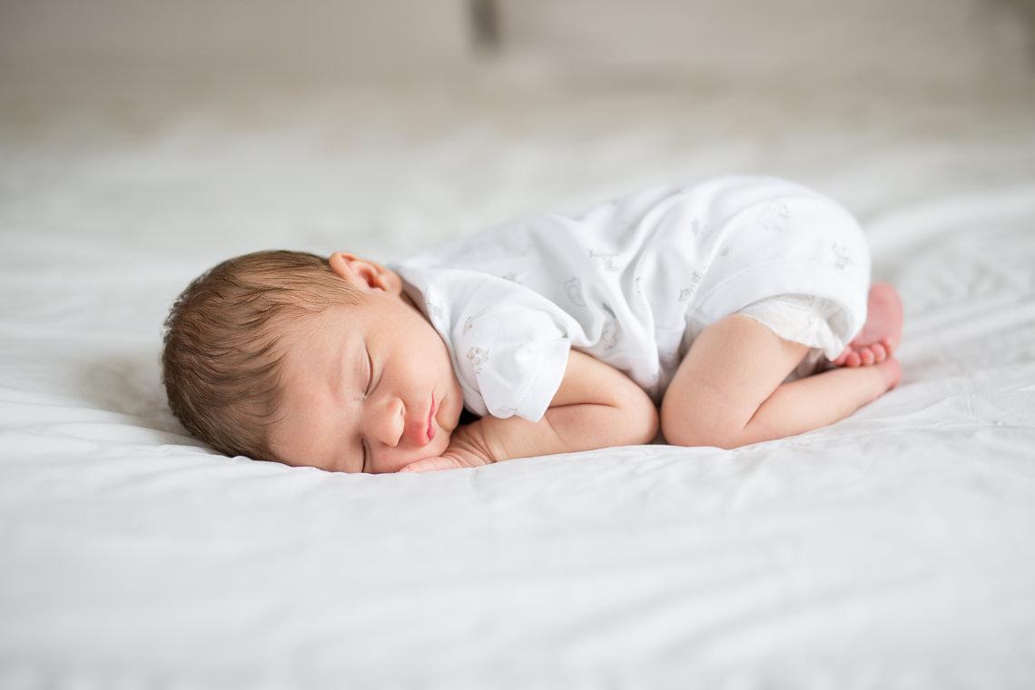 nouveau-né sur un lit