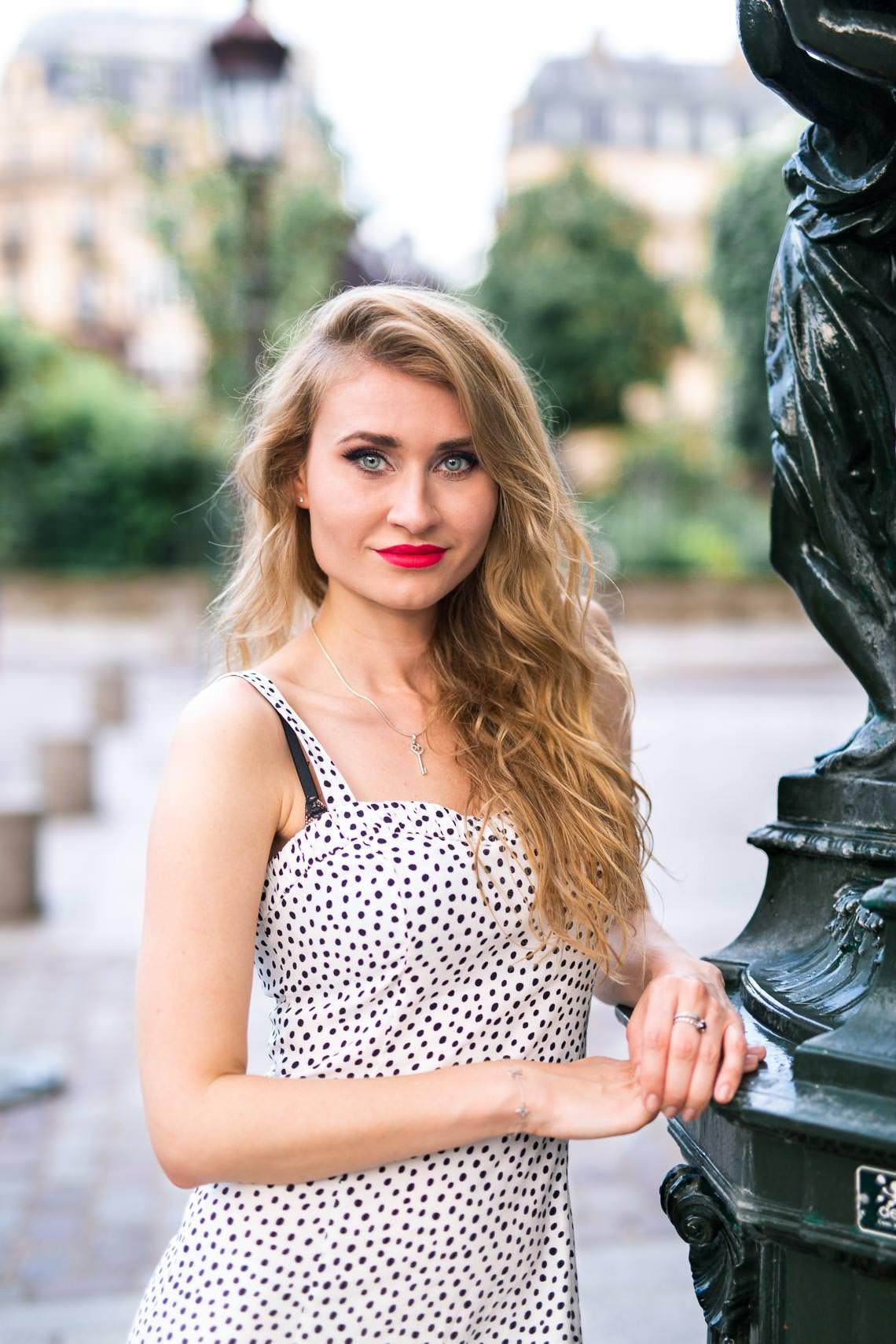 femme parisienne près d'une fontaine