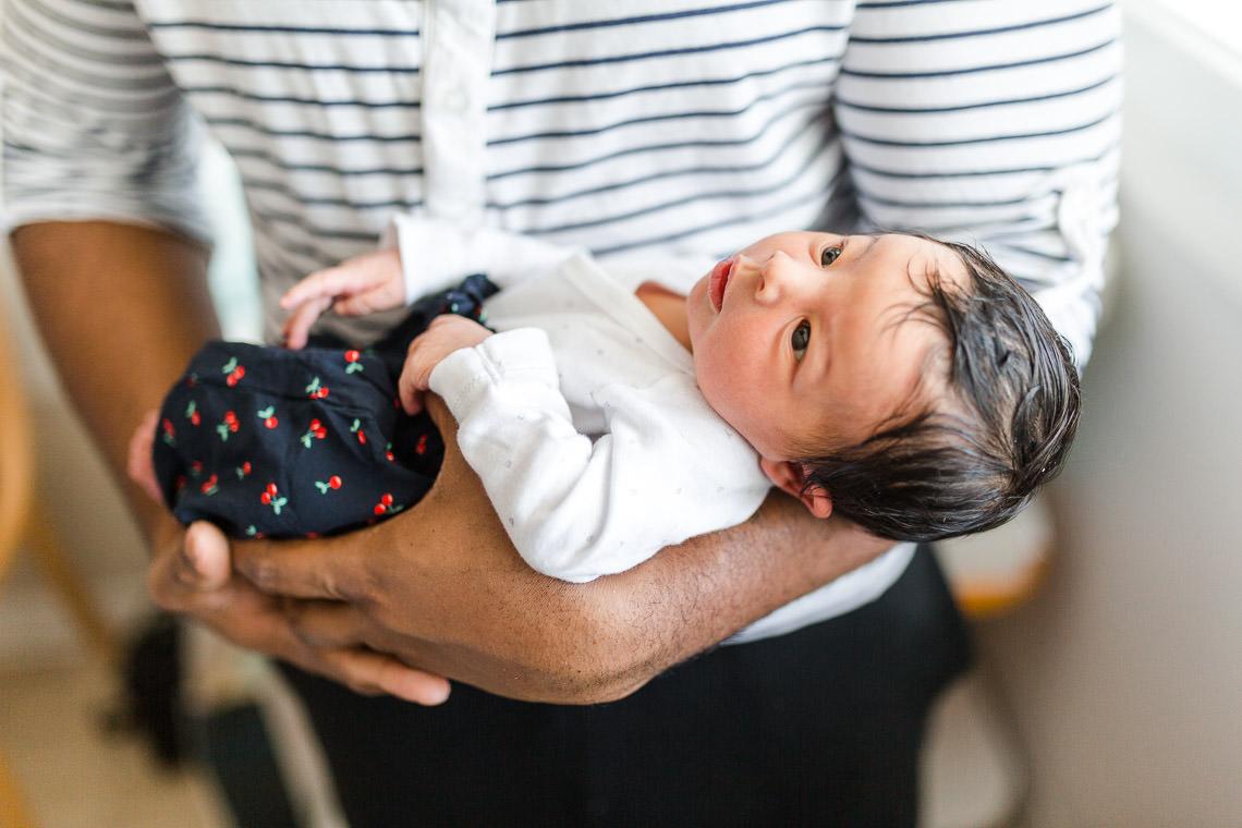 nouveau-né dans les bras de papa