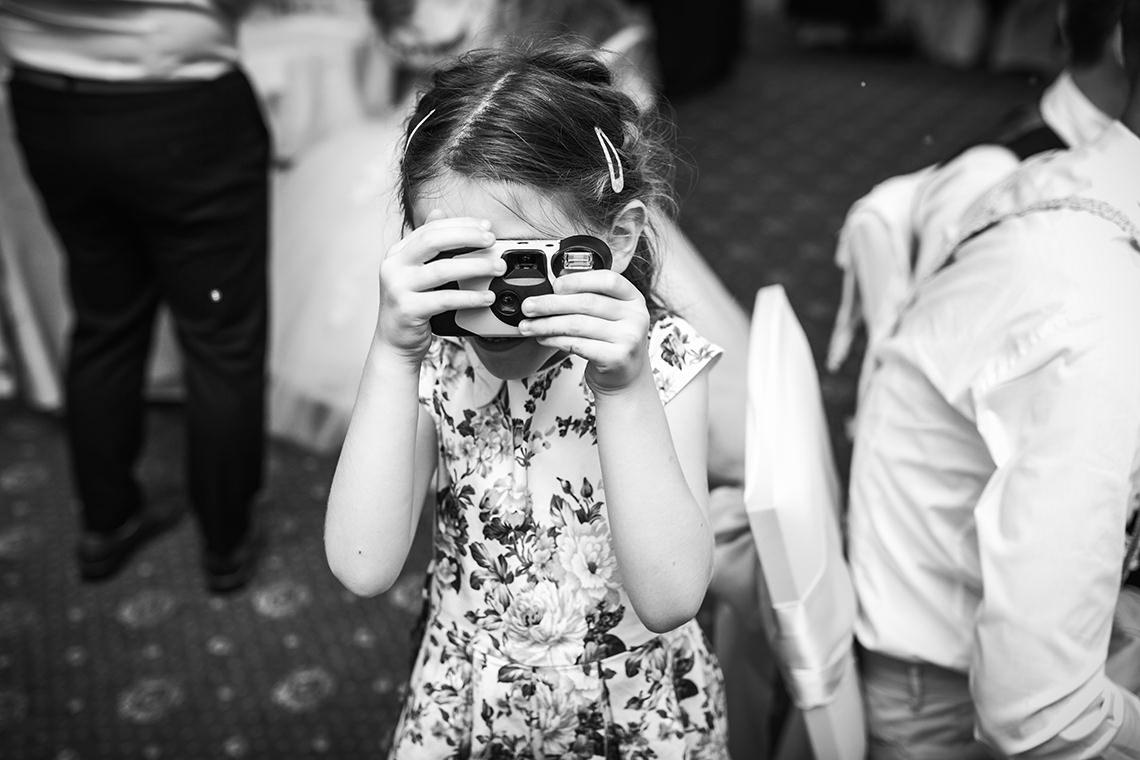 petite fille avec appareil photo