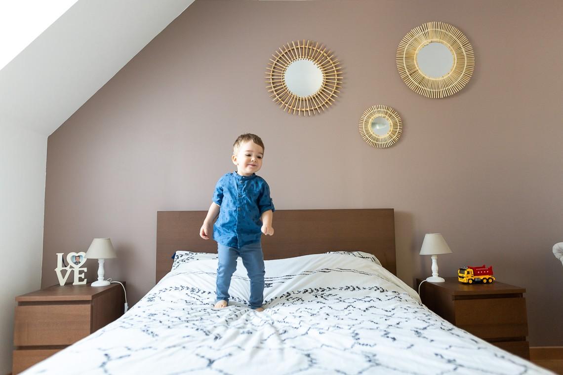 enfant qui joue sur le lit