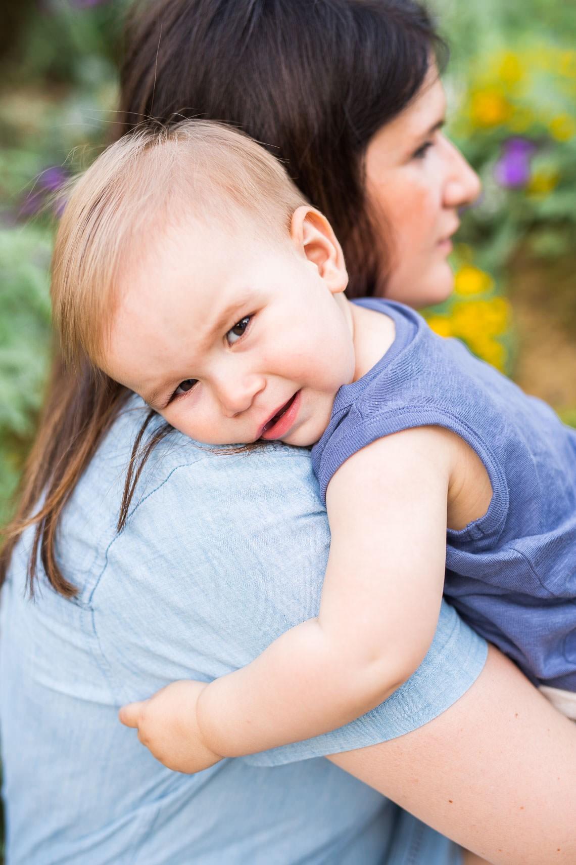 l'enfant sur l'épaule de sa mère